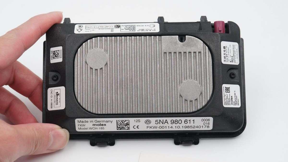 拆解报告:大众汽车原装无线充电器WCH-185-充电头网