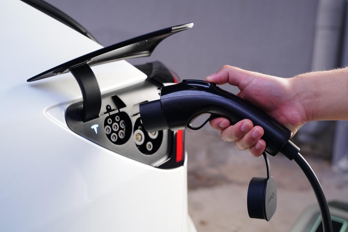 支持特斯拉等主流新能源汽车充电,公牛新能源随车充体验-充电头网