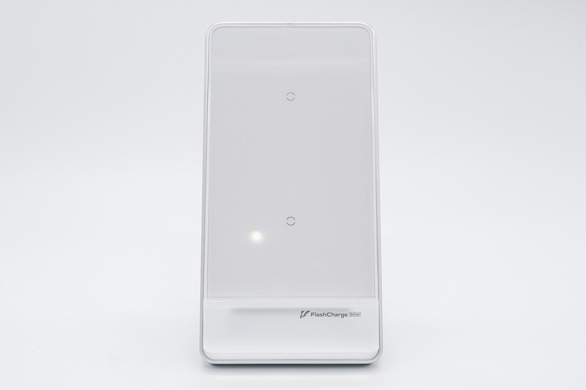 应该是以后常见最大功率的无线充了,iQOO 50W无线闪充立式充电器评测-充电头网